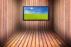 宽银幕电视在木屋子里 免版税库存图片