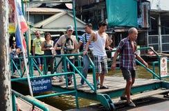 曼谷,泰国: 小船码头的人们 库存照片