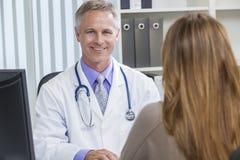 男性住院医生联系与女性患者 免版税库存照片