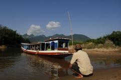 在湄公河,老挝下的小船乘驾 免版税库存图片