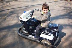 Οδήγηση μικρών παιδιών Στοκ Εικόνες