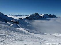 Κλίσεις σκι ακριβώς επάνω από την ομίχλη Στοκ Εικόνα