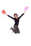 Ευτυχής καυκάσια γυναίκα που πηδά με τις τσάντες αγορών Στοκ Φωτογραφία