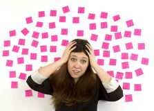在她的题头的少妇粉红色粘性附注问号和现有量 免版税库存图片