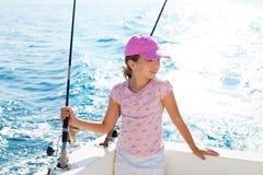 Κορίτσι παιδιών που πλέει στη ράβδο εκμετάλλευσης αλιευτικών σκαφών Στοκ Εικόνες