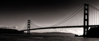 Взгляд силуэта захода солнца панорамный моста золотистого строба Стоковое Фото