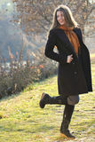 Радостное модельное имеющ потеху напольную в парке Стоковая Фотография RF