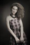 Γυναίκα μόδας στο αναδρομικό ελεγχμένο φόρεμα Στοκ εικόνα με δικαίωμα ελεύθερης χρήσης