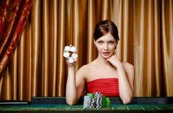 女性赌客在手中显示筹码 库存照片
