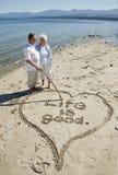 在海滩的退休的夫妇 图库摄影