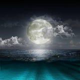 Луна отражая в озере Стоковое Изображение