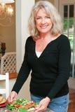 Здоровая возмужалая женщина с салатом Стоковое Изображение RF