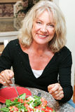Здоровая Средн-постаретая женщина есть салат Стоковое Фото