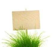与新鲜的绿草的空的木符号/在白色查出 免版税库存图片