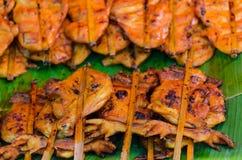 烤鸡在泰国的当地开放的市场上 库存图片