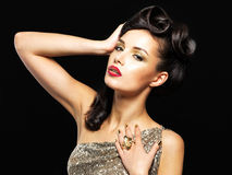 有金黄钉子和方式构成的美丽的妇女 免版税库存图片