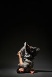 摆在黑暗的节律唱诵的音乐舞蹈演员 库存图片