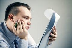 生意人读取办公室文件 免版税库存照片