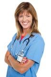 中间名有被交叉的双臂的变老的女性医师 免版税库存图片