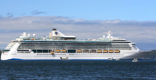 海运游轮的皇家加勒比发光在阿拉斯加 库存图片