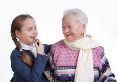 有她的孙女的祖母 免版税库存图片
