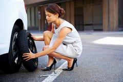 泄了气的轮胎妇女 免版税库存照片
