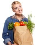 Молодая женщина с сумкой посещения магазина бакалеи. Стоковое фото RF