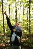 父亲和子项在森林里 免版税库存照片