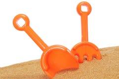 海滩铁锹和犁耙 库存图片