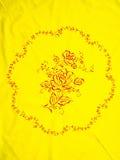 中国黄色被绣的桌布 免版税库存图片