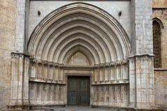 哥特式大教堂入口向希罗纳,西班牙 库存图片