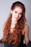 美丽的夫人的纵向有长的红色卷发的 免版税库存照片