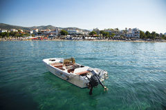 在水晶海运停住的小船 免版税库存照片