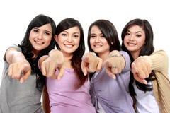 指向照相机的组美丽的妇女 免版税库存图片