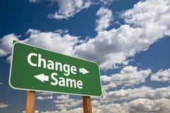 Измените, такой же зеленый дорожный знак над облаками Стоковое Фото