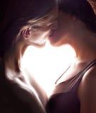 Ζεύγος του φιλήματος εραστών. Μέρος του σώματος κάνει τη μορφή της καρδιάς. Στοκ Φωτογραφία