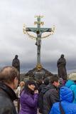 克服与查尔斯桥梁的耶稣在布拉格 免版税库存照片