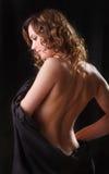 有棕色长的小环的头发的a纵向美丽的少妇 免版税库存图片