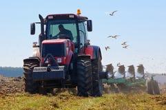 犁新的域的农夫 免版税库存照片