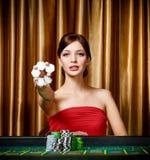 有筹码的女性赌客在手中 免版税库存图片