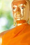 菩萨金黄雕象。 库存照片