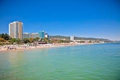 在瓦尔纳海滩的全景在保加利亚。 库存图片