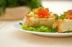 油煎的多士用干酪和红色鱼子酱 图库摄影