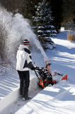 使用吹雪机的人 免版税库存照片