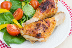 Зажаренные в духовке ноги цыпленк цыпленка с салатом свежих овощей Стоковое Изображение RF