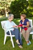 二名高级妇女编织 免版税库存图片
