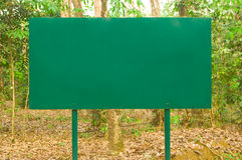 Предупредительные знаки и поступок в одичалом. Стоковое Фото
