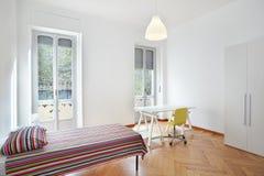 现代公寓的卧室 免版税库存图片