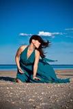 海滩的少妇 免版税库存图片