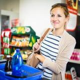 Όμορφη νέα γυναίκα που πληρώνει για τα παντοπωλεία της Στοκ εικόνες με δικαίωμα ελεύθερης χρήσης
